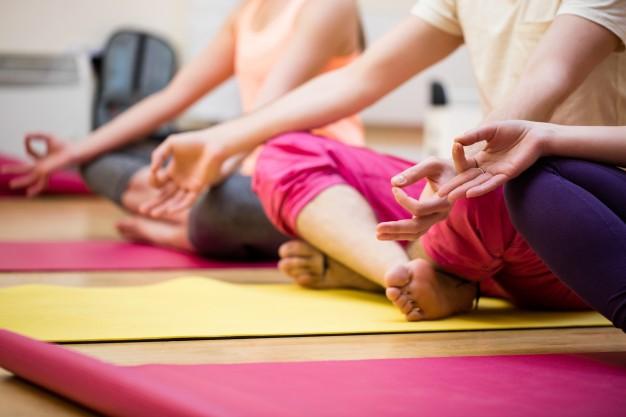 Ćwiczenia w parze dla dzieci i rodziców. Joga relaksacyjna w czasach stresu i izolacji