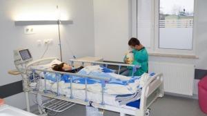 Mama, Tata i ich nowonarodzona Pociecha na oddziale położniczym szpitala.
